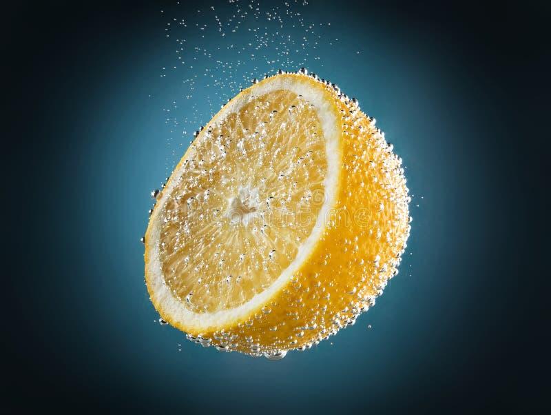 Gele citroen in soda royalty-vrije stock foto