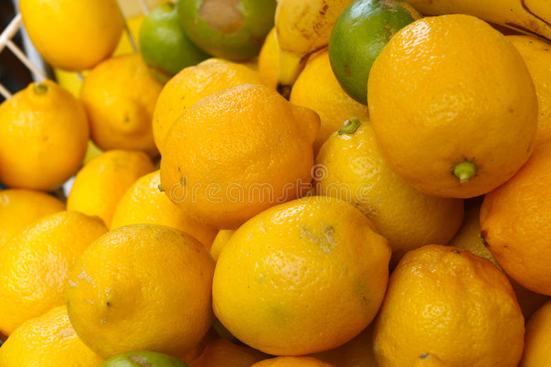 Gele citroenen en groene kalk in een mand royalty-vrije stock foto