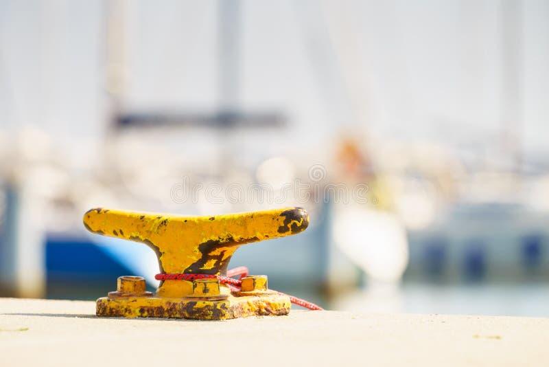 Gele cleat voor schepen en boten stock afbeelding