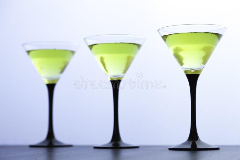 Gele cocktails in lijn royalty-vrije stock afbeeldingen