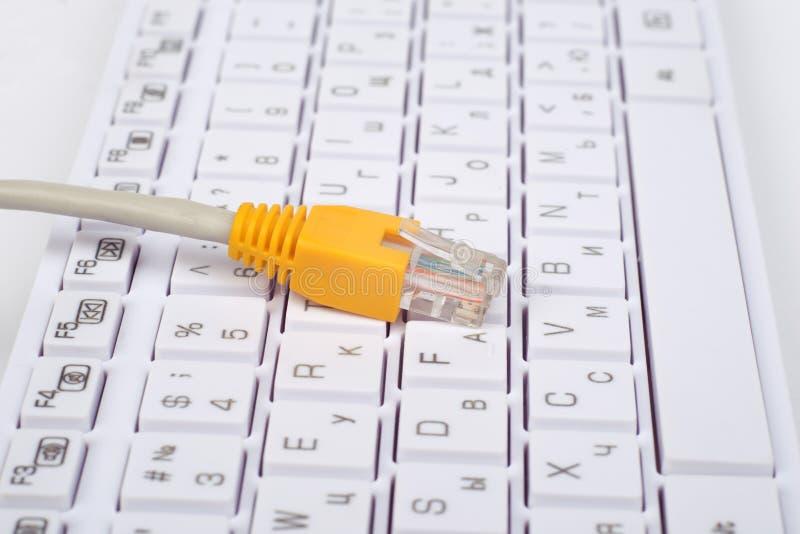 Gele computerkabel op toetsenbord royalty-vrije stock afbeeldingen