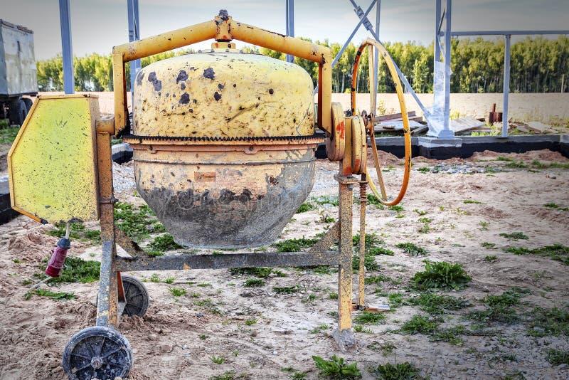 Gele concrete mixer het 3D teruggeven, is bij de bouwwerf royalty-vrije stock foto