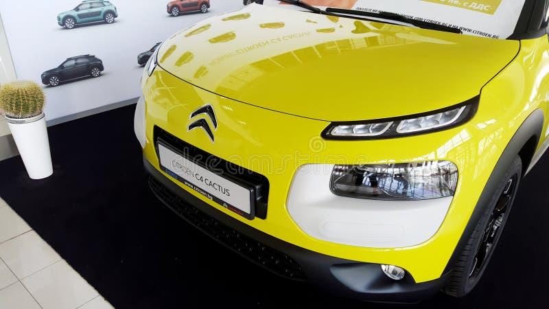 Gele de cactusauto van Citroën - sluit omhoog stock afbeelding