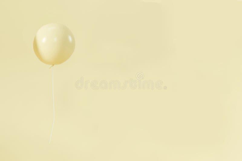 Gele de verjaardagsviering van de ballon minimalistische pastelkleur stock afbeelding