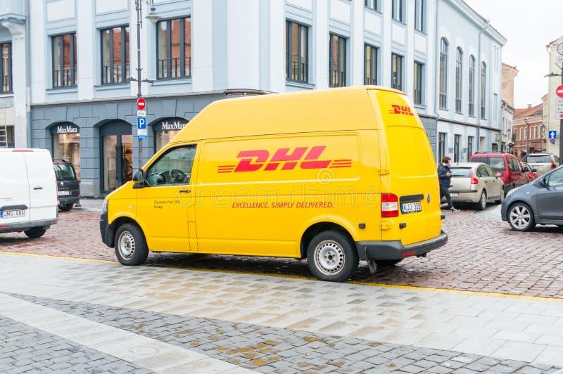 Gele DHL auto op de weg stock afbeeldingen
