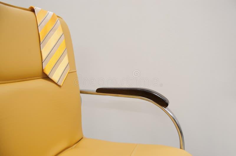 Gele die band op de rug van de stoel wordt geworpen Het concept van de vakantie Concept rust royalty-vrije stock afbeelding