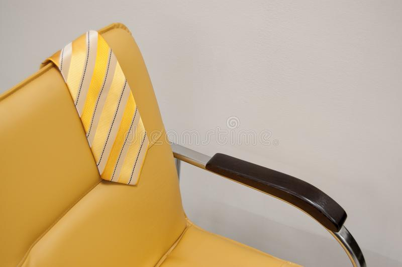 Gele die band op de rug van de stoel wordt geworpen Het concept van de vakantie Concept rust stock foto's