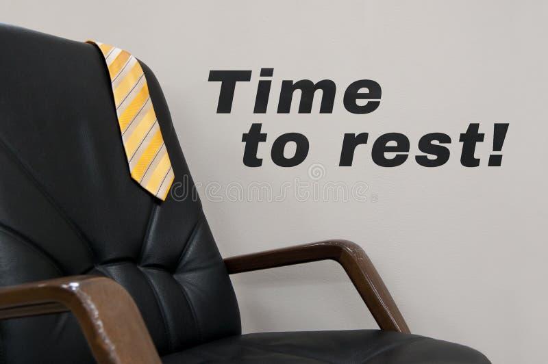 Gele die band op de rug van zwarte stoel en de woordentijd wordt geworpen om vakantieconcept te rusten Concept rust stock afbeeldingen