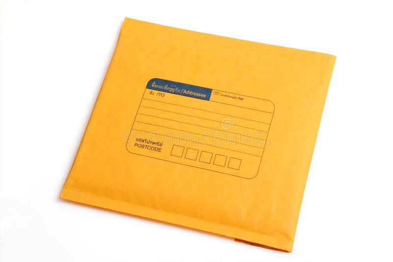 Gele die brievenenvelop met het knippen van weg wordt geïsoleerd stock foto's