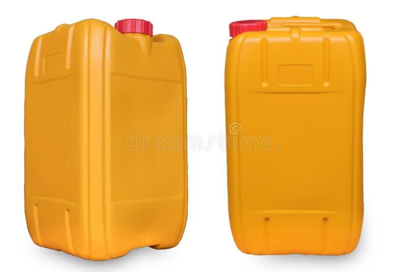 Gele die gallon olie op witte achtergrond met weg wordt geïsoleerd royalty-vrije stock afbeelding