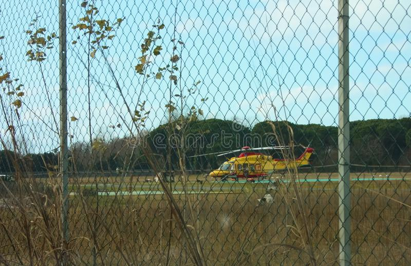 Gele die reddingshelikopter in een lokale luchthaven wordt geparkeerd royalty-vrije stock afbeelding