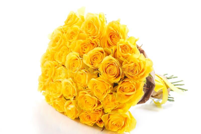 Gele die rozen op witte achtergrond worden geïsoleerd stock afbeelding