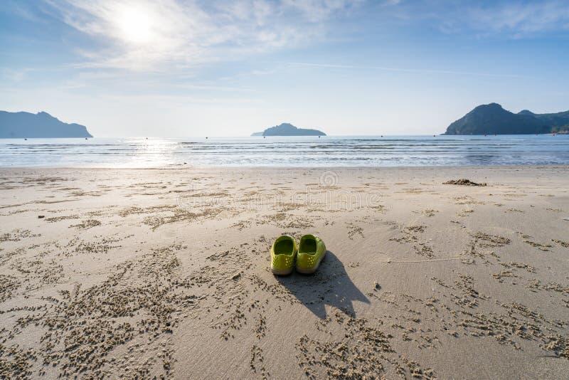 Gele die schoenen aan de strandkant worden geplaatst van Ao Manao, ochtend in de zomer, Prachuap Khiri Khan, Thailand stock afbeelding