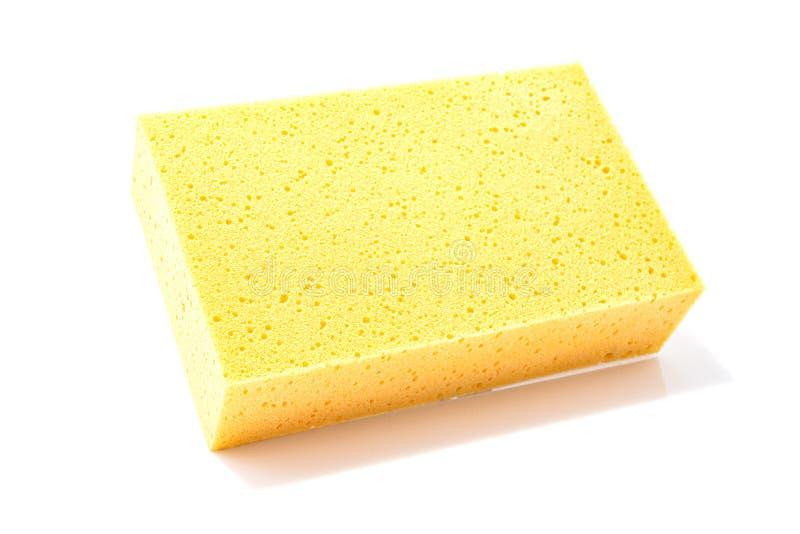 Gele die spons voor het schoonmaken van en het wassen van auto op een witte achtergrond wordt geïsoleerd royalty-vrije stock afbeelding