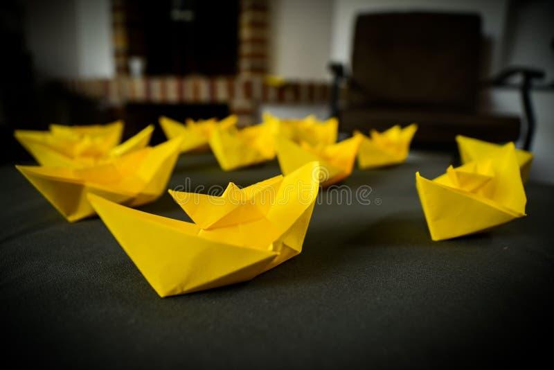 Gele document boten royalty-vrije stock foto's