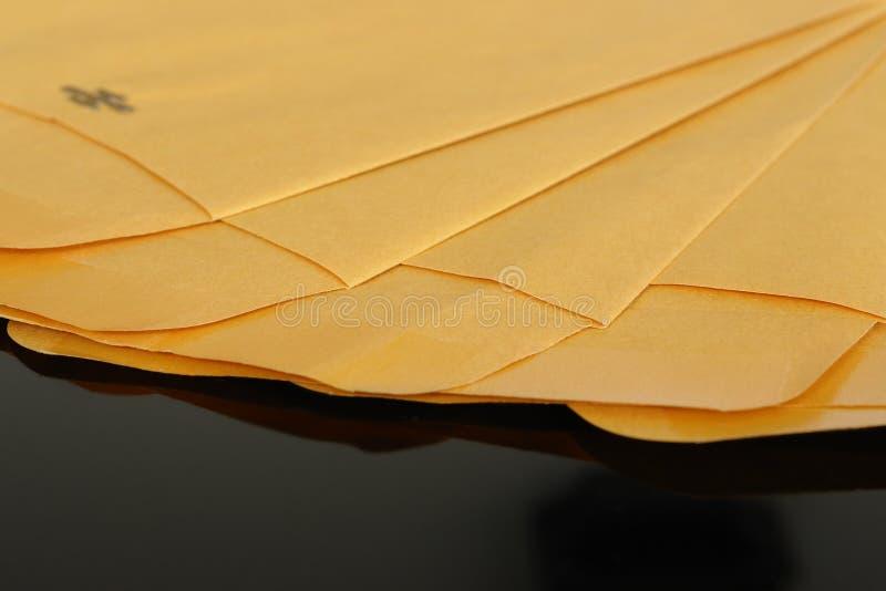 Gele document enveloppen stock foto