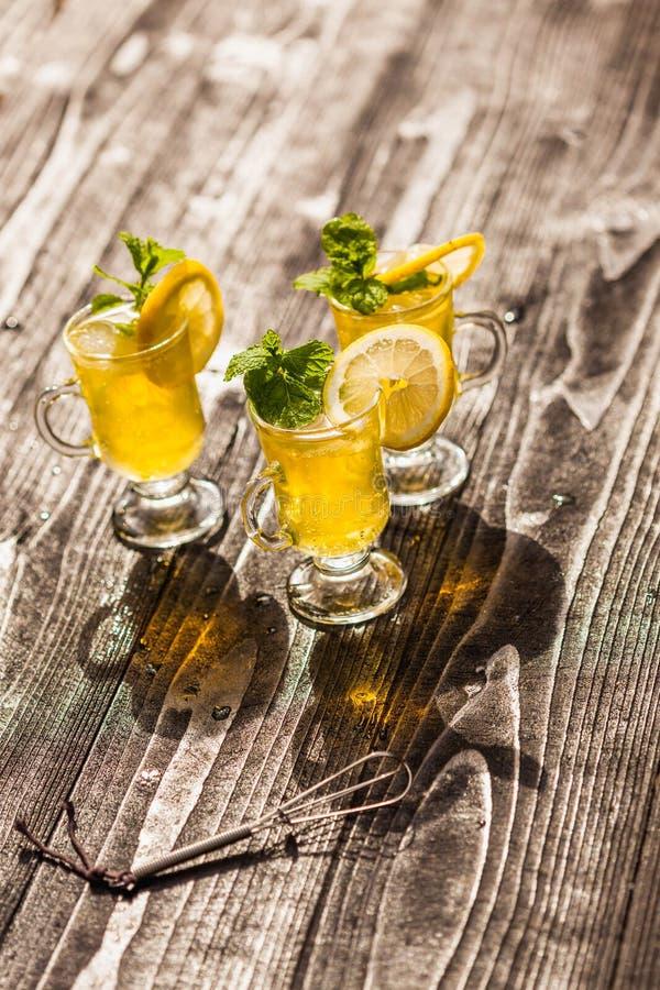 Gele dranken stock afbeeldingen