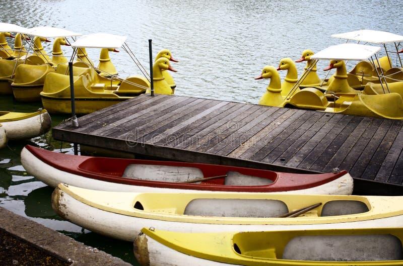 Gele eendboot bij dok royalty-vrije stock afbeeldingen