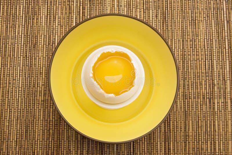 Gele Eierdooier in een Gebarsten Eierschaal stock fotografie