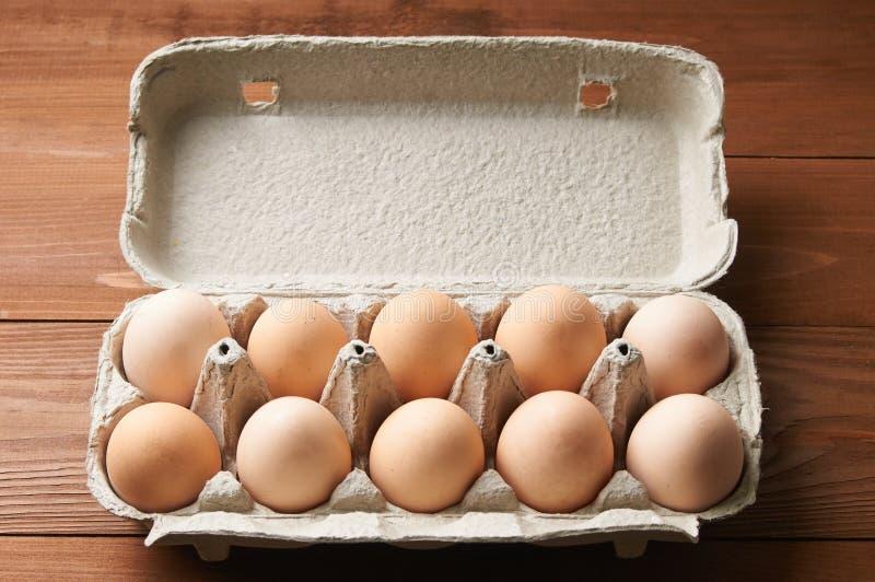 Gele eieren in een dienblad stock afbeeldingen