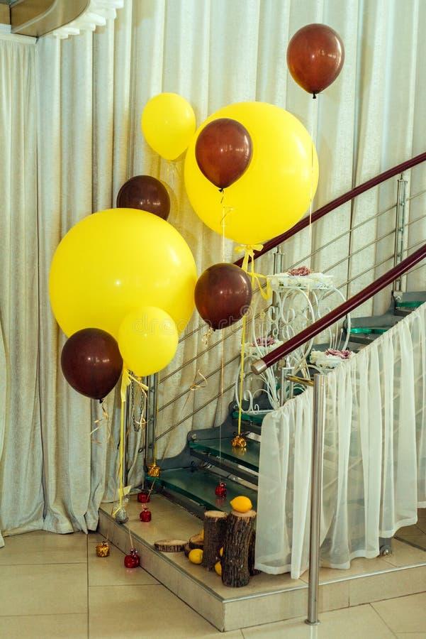 Gele en bruine ballons dichtbij de treden Zie mijn andere werken in portefeuille stock afbeeldingen