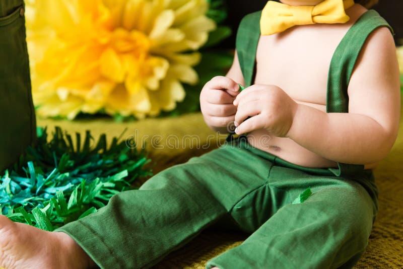 Gele en groene details van de eerste verjaardag van de babyjongen stock afbeelding