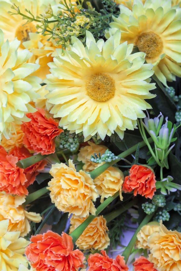Gele en oranje bloemen stock foto
