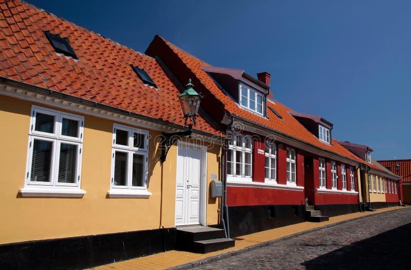 Gele en rode huizen in Roenne op Bornholms stock foto's