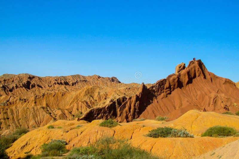Gele en rode van de de vormingsvallei van de bergrots het sprookjecanion in Kirgyzstan royalty-vrije stock foto's