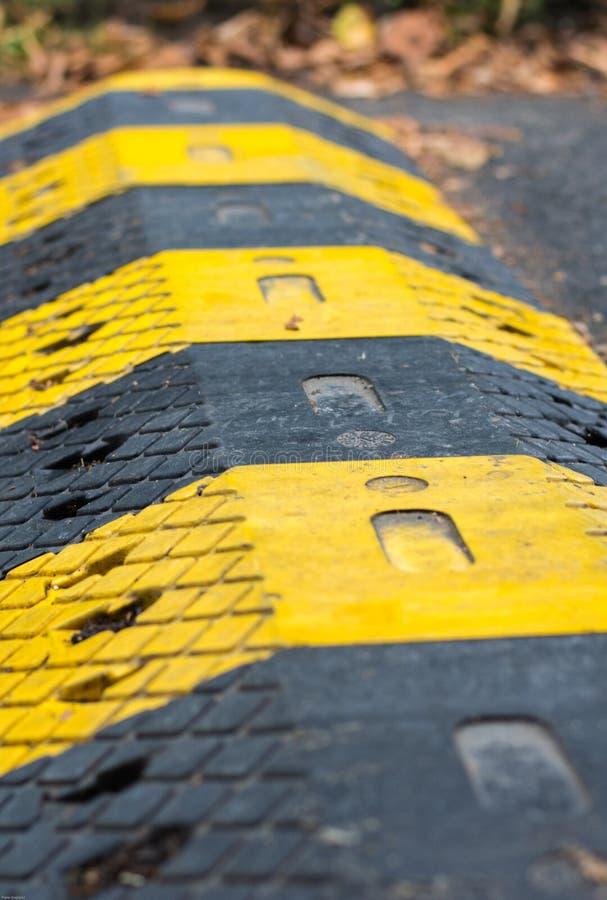 Gele en Zwarte Verkeersdrempel royalty-vrije stock afbeelding