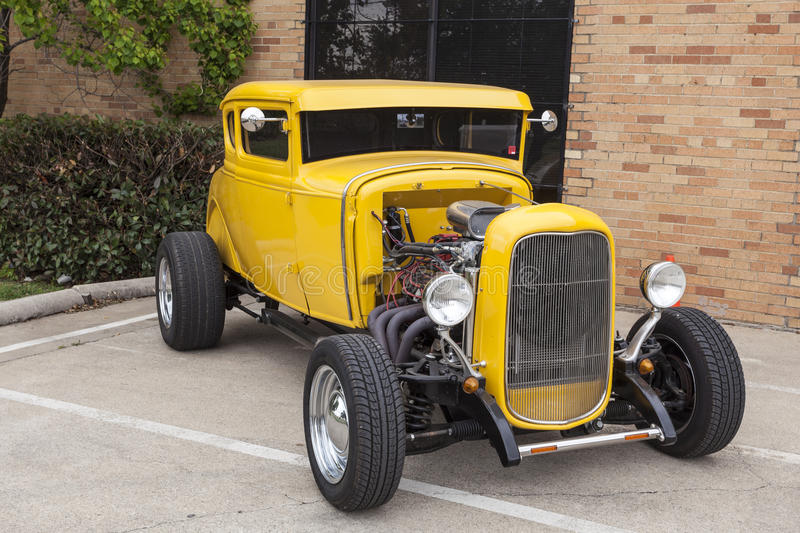 Gele 1932 Ford Coup Hotrod stock afbeelding