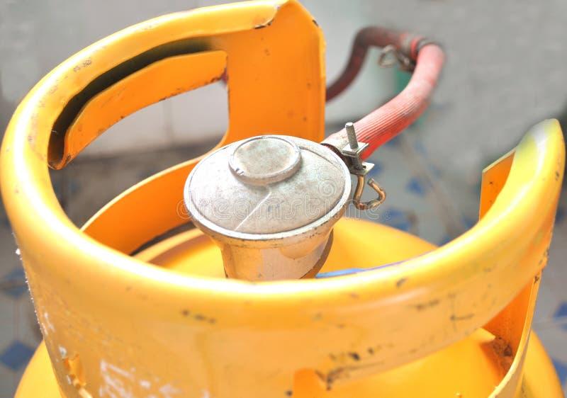 Gele gasfles stock afbeelding