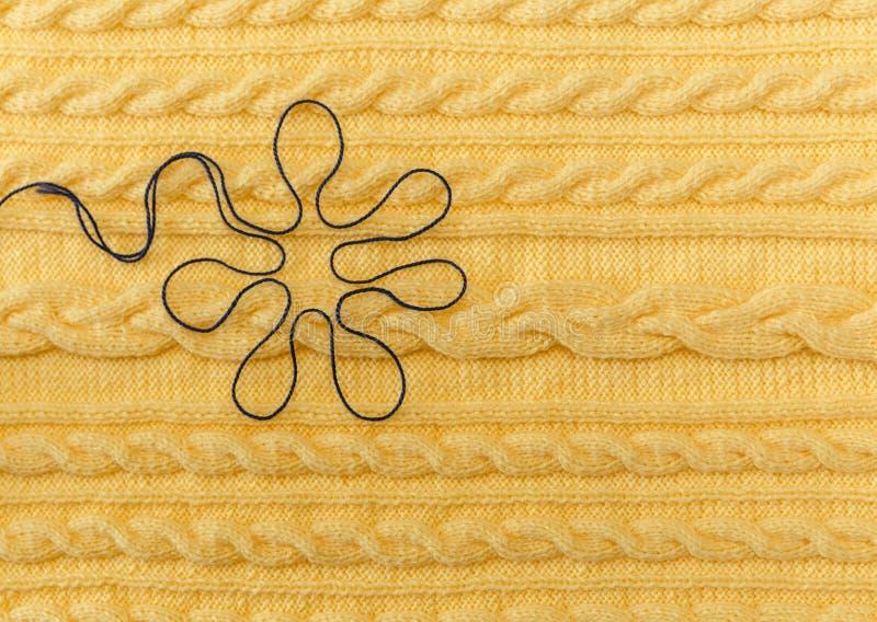 Gele Gebreide Achtergrond met Patroon en Vlechten en Blauwe Floer Gemaakte hand - royalty-vrije stock foto