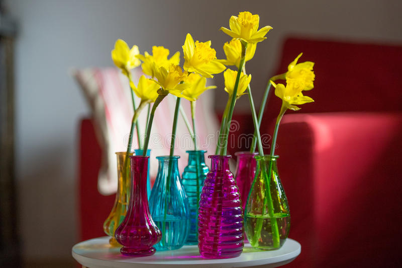 Gele gele narcissen in binnenland royalty-vrije stock afbeelding