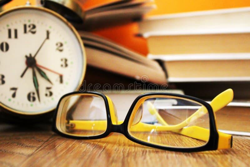 Gele glazen en oude boeken stock afbeeldingen