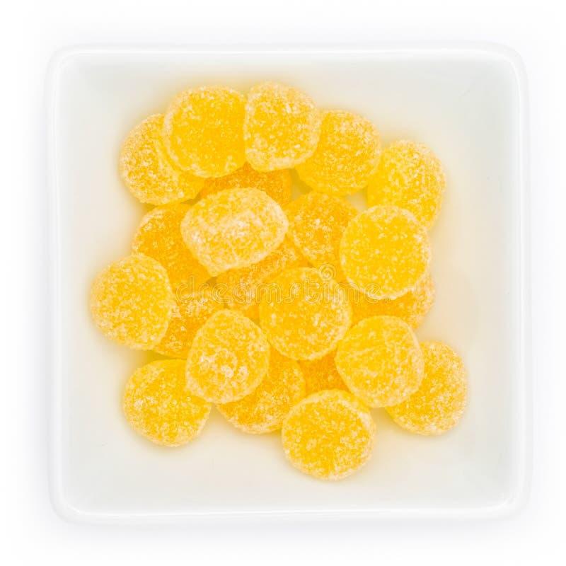 Gele gomdalingen in een witte kom stock foto