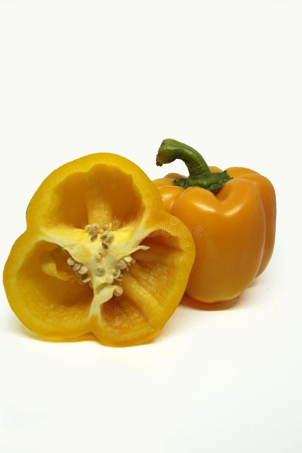 Gele groene paprika's op witte achtergrond stock foto's