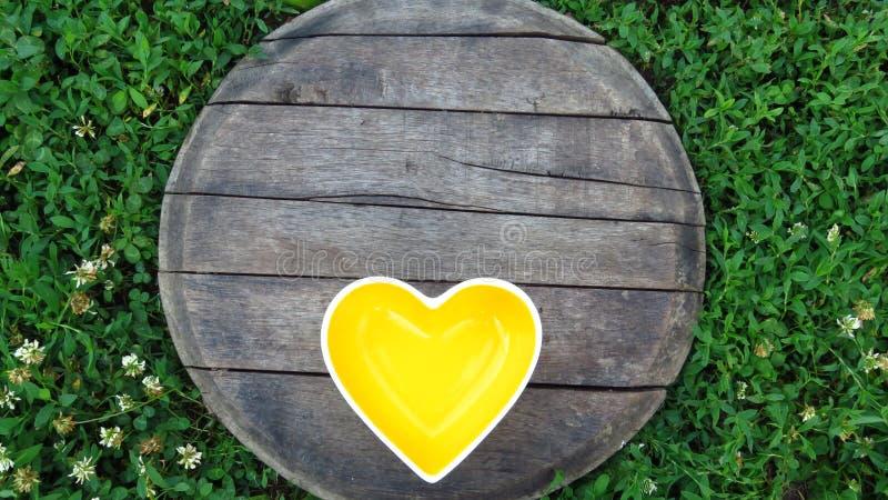 Gele hart Gevormde Kom op Houten Achtergrond royalty-vrije stock foto
