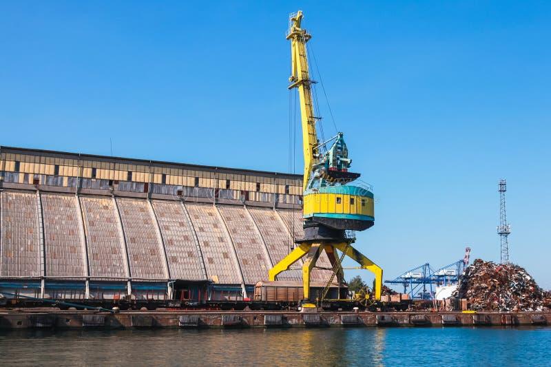 Gele havenkraan dichtbij ladingsterminal stock afbeelding