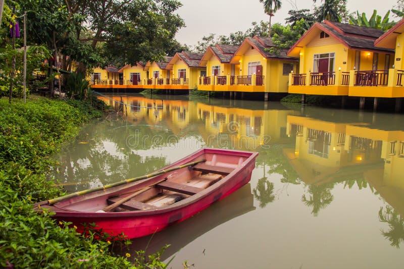 Gele Huistoevlucht en boten. royalty-vrije stock afbeeldingen