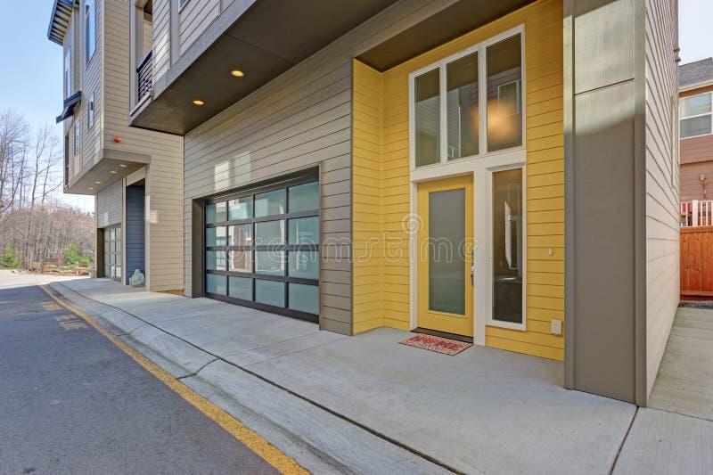 Gele ingangsdeur van flatgebouw stock foto's