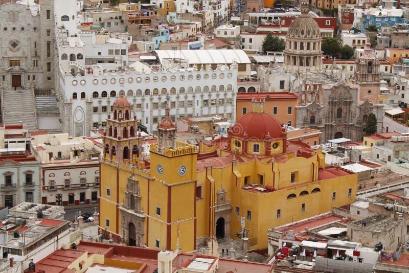 Gele kerk dichtbij de universiteit, Guanajuato, Mexico royalty-vrije stock fotografie