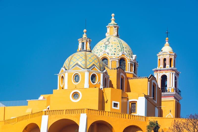 Gele Kerk en Koepels stock afbeeldingen
