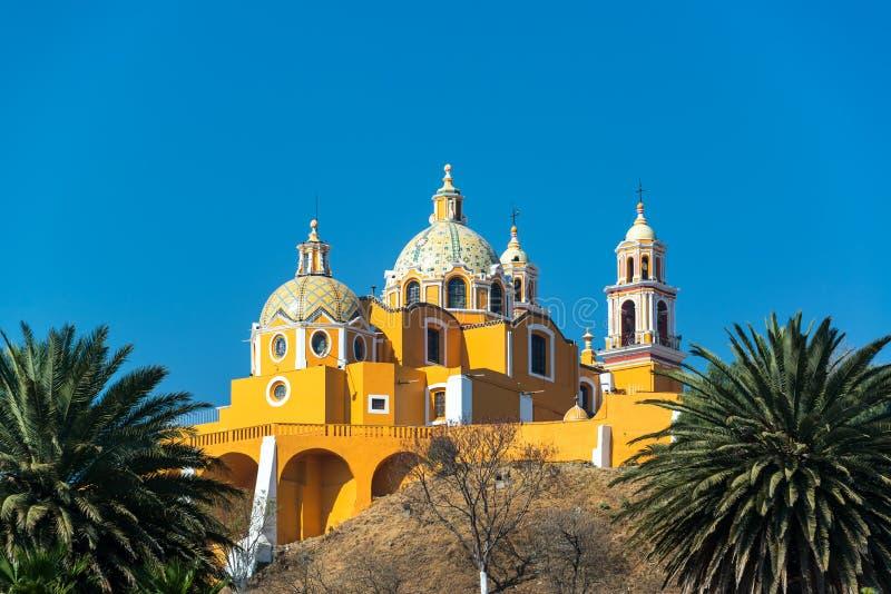Gele Kerk en Palmen royalty-vrije stock afbeeldingen