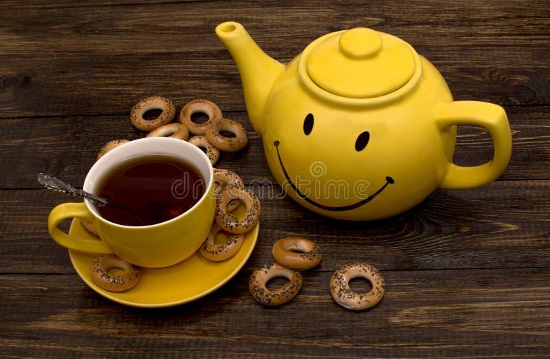 Gele ketel en kop stock foto