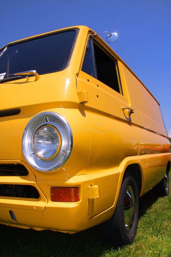 Gele klassieke bestelwagen royalty-vrije stock afbeeldingen