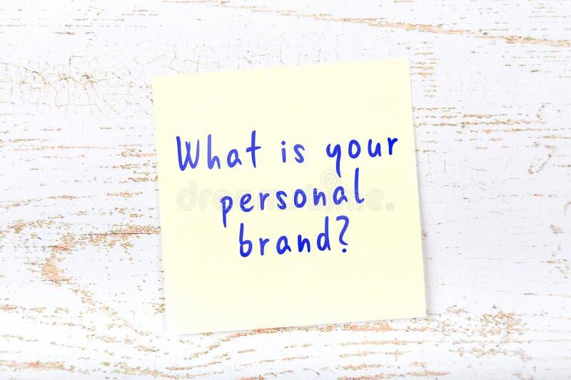 Gele kleverige nota met met de hand geschreven teksten wat uw persoonlijk merk is vector illustratie