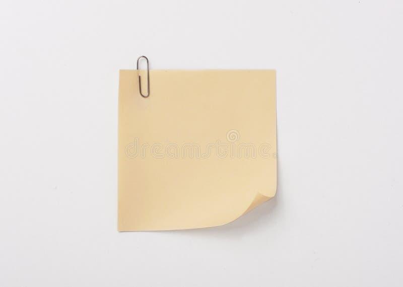 Gele kleverige nota met paperclip met schaduw stock foto's