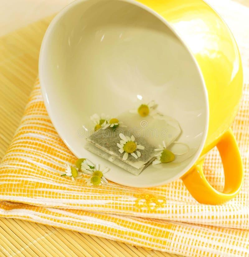 Gele kop, zak thee en kamille. stock foto's