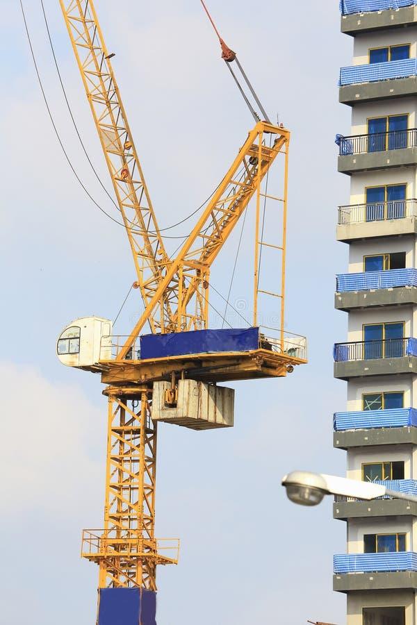 Gele kranen in bouwwerf met blauwe hemel en wolk royalty-vrije stock foto's